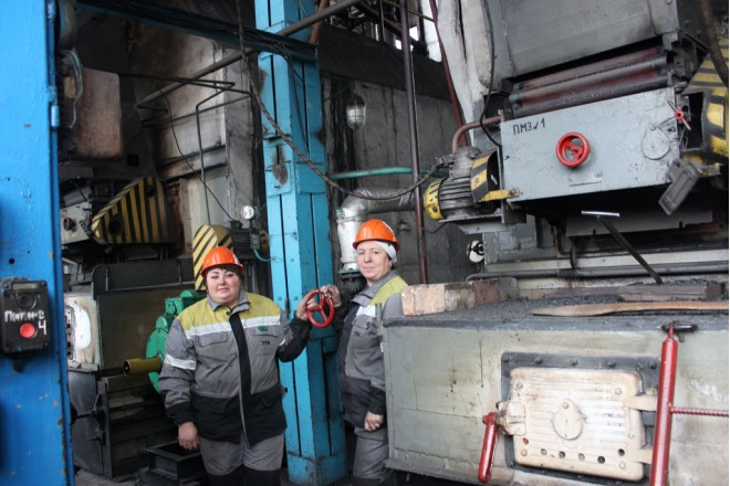 На фото: старший машинист-кочегар Татьяна Николаевна Брагинец, машинист-кочегар по обслуживанию котла Татьяна Ивановна Полянцева.